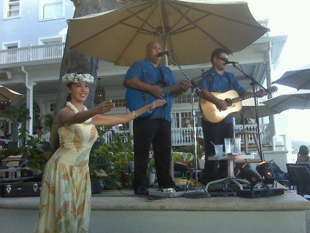 sunset cocktails in Honolulu, where to catch sunset in Honolulu, Moana Surfrder at sunset, live music along Waikiki,